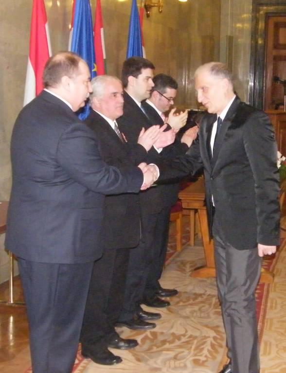 Kiss Péter miniszter átadja a díjat Aprics László szinkronrendezõnek